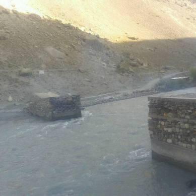 چترال: نامعلوم تخریب کاروں نے اُجنو دریا پر ریچ کو جانے والی واحد پُل کو جلاڈالا