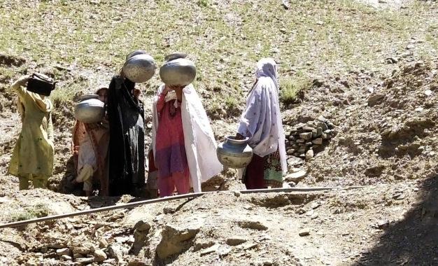 چترال کا گوس نامی گاوںحکام کی نظروںسے اوجھل، مکین تمام بنیادی سہولیات سے محروم پتھر کے دور میںزندگی گزار رہے ہیں