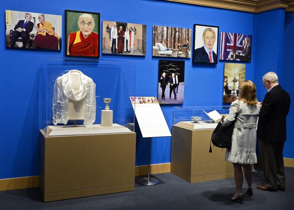Портретите на Далай Лама и Тони Блеър. Снимка: EPA/БГНЕС
