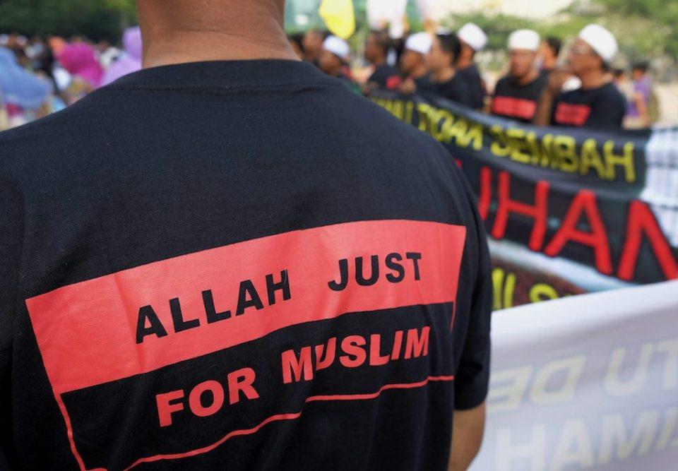 Мюсюлманин очаква решението на съда в предградието на Куала Лумпур Путраджая Снимка: EPA/БГНЕС