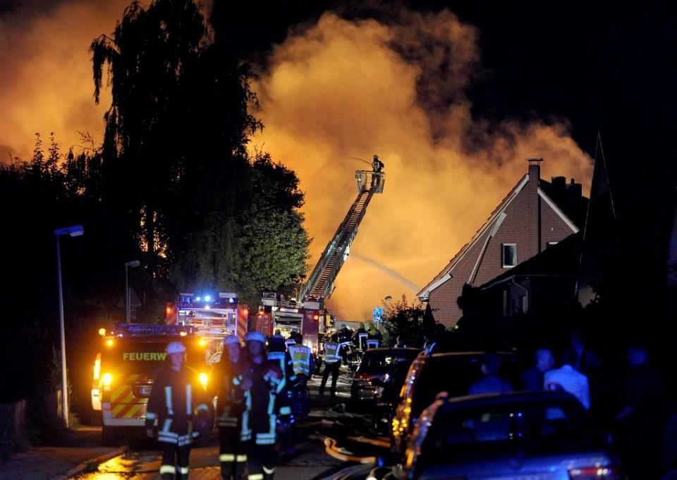Пожарникари гасят пламъците в завода в Ритерхуде. Снимка: ЕРА / БГНЕС