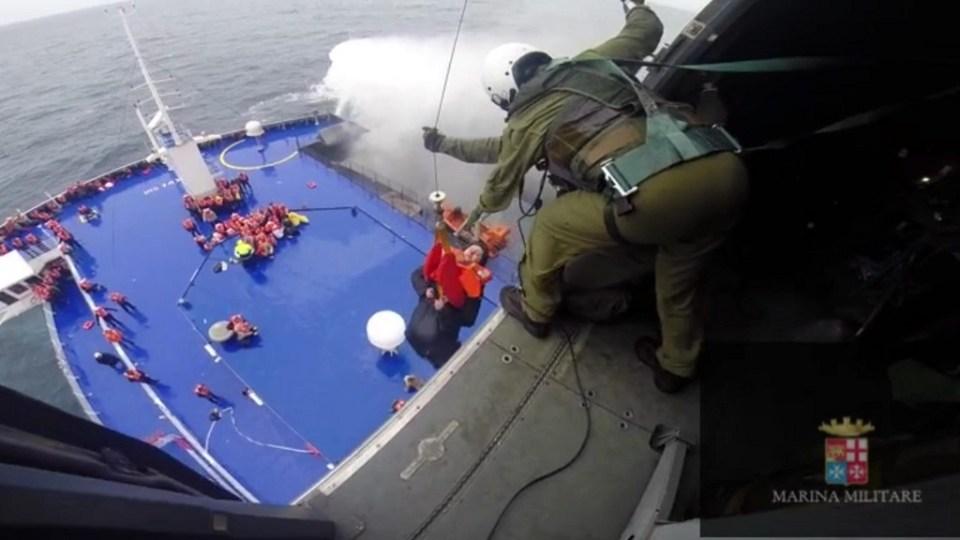 Спасителната акция на ферибота в Йонийско море. Снимка: EPA/ БГНЕС