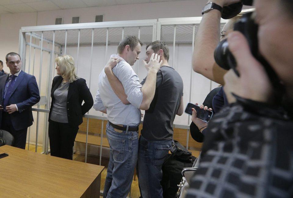 Братята Навални се прегръщат след произнасянето на присъдите. ©EPA/БГНЕС