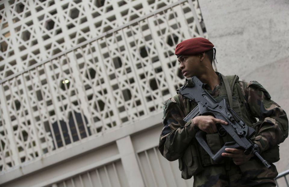 Френски войник охранява еврейско училище в Париж.