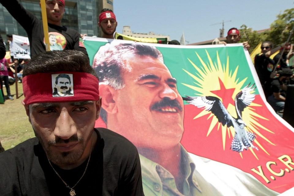 Кюрди в Ливан протестират срещу турските нападения над ПКК с плакати на лидера на партията Абдула Йоджалан. Снимка: ЕРА/БГНЕС