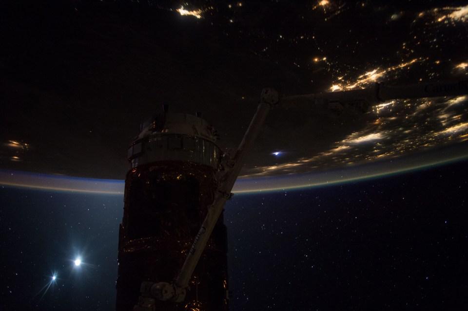 """""""Добро утро"""" от Международната космическа станция - снимка на Скот Кели от 10 септември, на която освен Земята се виждат Луната и Венера. Снимка: NASA"""