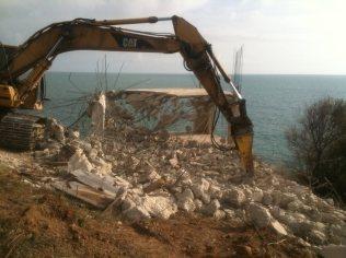 Багерът, разрушаващ незаконния строеж на Яйлата. Снимка: Facebook/Свободен Камен бряг