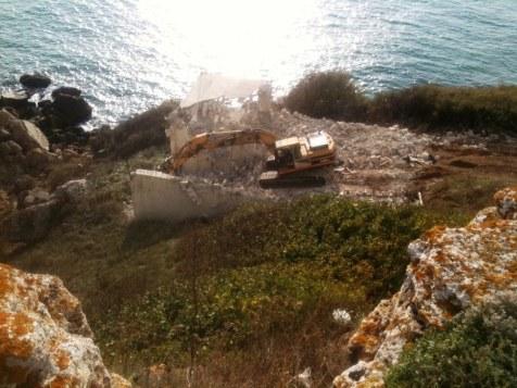 Багерът, разрушаващ строежа. Снимка: Facebook/Свободен Камен бряг