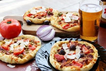 """Бирена пица с карамелизиран лук. Снимка: """"Чубрица"""""""