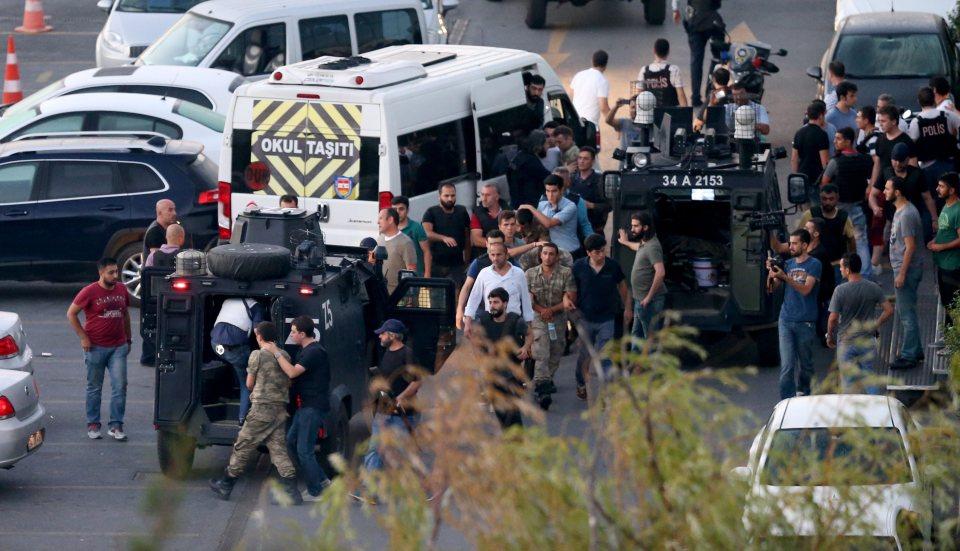 Турската полиция арестува военни в Истанбул. Снимка: ЕРА/БГНЕС