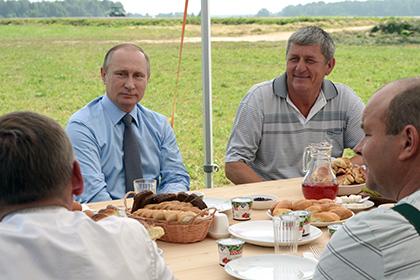 Президентът Путин закусва с механизатори