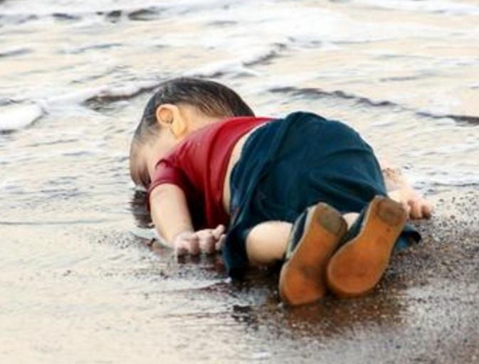 Безжизненото телце на Айлан Кюрди на турския бряг