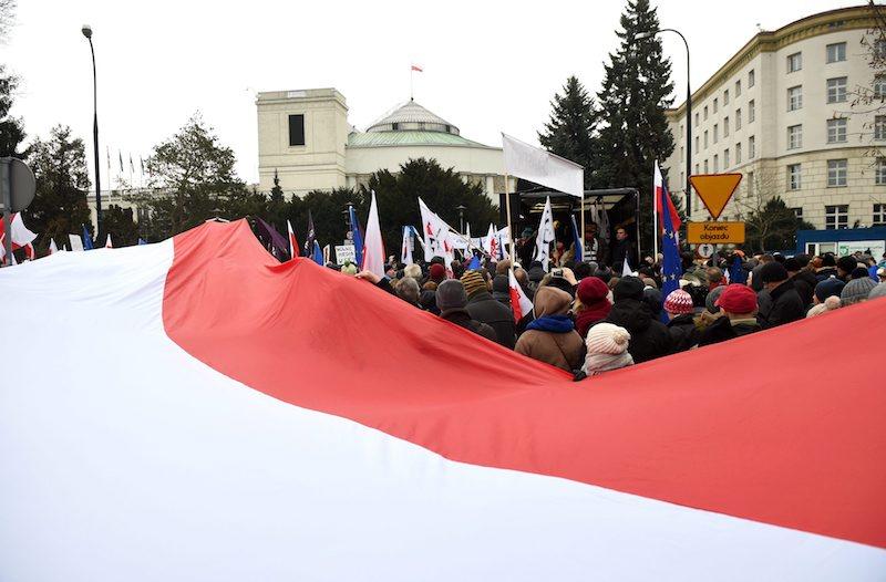 Гигантски полски флаг също беше част от демонстрациите, ©EPA/БГНЕС