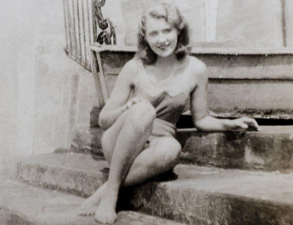 Мери Ан Маклауд, майката на Доналд Тръмп, на стъпалата на басейн в Лонг Айлънд