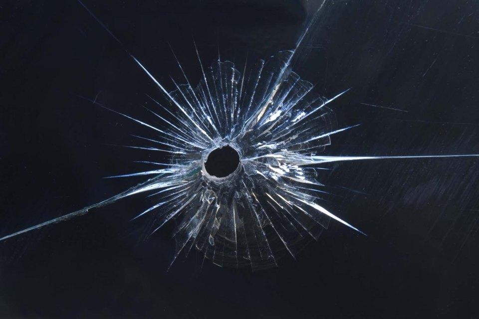 дупка от куршум стъкло