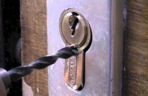 Ouverture de porte en perçant le cylindre