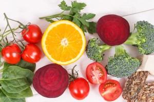 Nährstoffreiche Lebensmittel als Vitamin B9 Quelle. Vitamin B12, Folsäure und natürliche Minerale. Konzept eines gesunden Lebensstils.