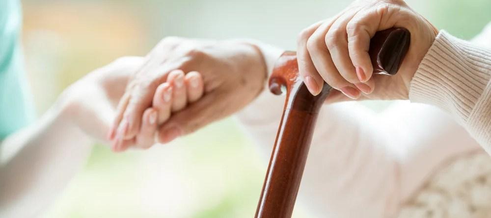 Eine helfende Hand: Vitamin B12 ist wichtig für gesunde Knochen