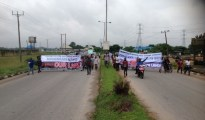 Protesting Oghara indegees closed busy Warri/Benin Express Road