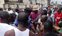 Mob handling the suspected kidnappers to police