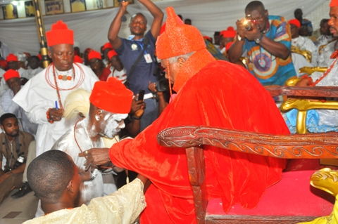 President of Urhobo Social Club Lagos, Chief Simeon Ohwofa (The Akpo-Obaro) receiving chieftaincy crown from HRM Ohworode of Olomu