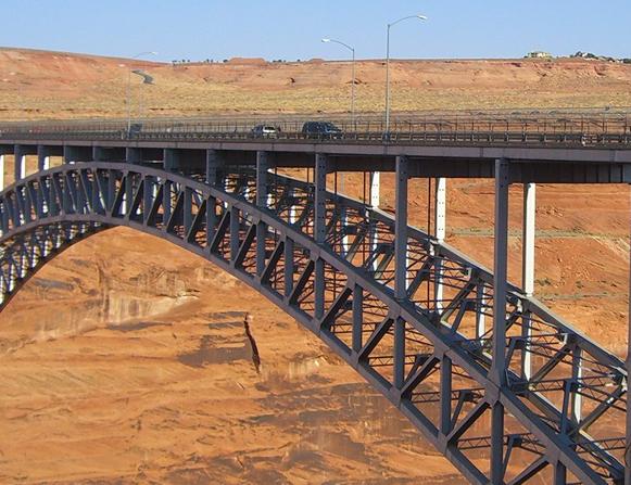 Glen Canyion, un pod de pe care daca ai sari, cu o coarda legata de picioare, te-ai cam plictisi pana jos. Daca ai ocazia sa faci asta vreodata te sfatuiesc sa-ti iei o carte, cu siguranta un capitol ai reusi sa-l dai gata pana ai ajunge la baza podului.