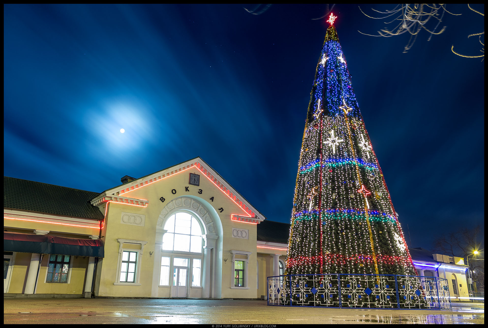 night, moon, square, railway station, building, new year tree, Christmas, Feodosia, long exposure, architecture, Crimea, Russia, winter, january, 2015