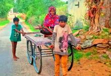 Photo of श्रवण कुमार : बीमार माँ को ठेले पर बैठाकर 3 किमी दूर अस्पताल ले गए 2 नन्हे सपूत
