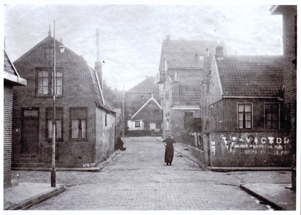 Een geschreven leus op de hoek van de straat, V=Victorie... (herkomst onbekend; kopie Stichting Urk in Oorlogstijd)