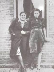 Lea Kropveld (links) met vriendin op Urk, begin jaren veertig (maker onbekend)