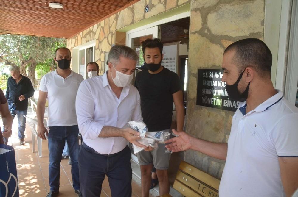 Kuşadası Belediyesi Vatandaşlara 250 Bin Ücretsiz Maske Dağıttı