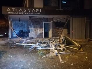 İzmirde Kısıtlama Sessizliği Kaza Gürültüsü İle Son Buldu...cip İş Yerine Girdi