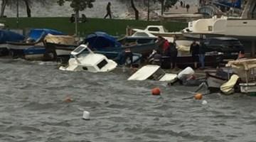 İzmir'de Fırtınada Tekneler Battı, Ağaçlar Devrildi