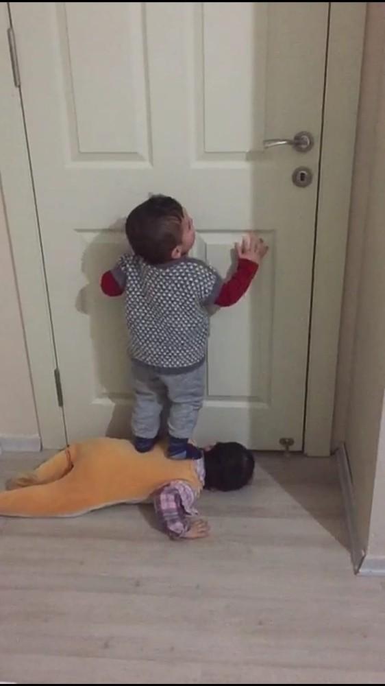 Minik İkizlerin Kapı Açma Numarası Şoke Etti