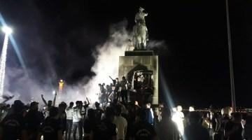 İzmir Kordon'da Beşiktaş Taraftarı Yasağa Rağmen Kutlama Yaptı
