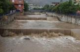 10 dakikalık yağmurda sel meydana geldi, vatandaşlar Büyükşehir Belediyesi'ne isyan etti