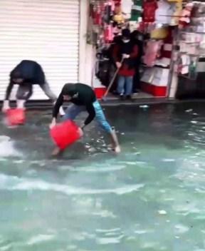 İzmirde Yağış Hayatı Felç Etti, Caddeler Göle Döndü
