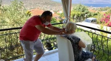 Çeşmede Muhtar-Kuaför İş Birliği İle Ücretsiz Kuaförlük Hizmeti