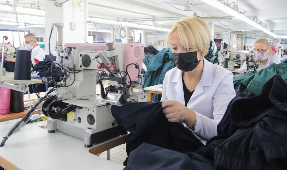 Pandemi İle Savaşan Sağlık Ordusunu Onlar Giydiriyor