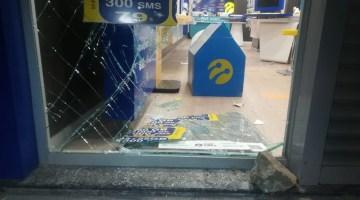 İzmirde 3 Bisikletli Hırsız İş Yerinden 25 Cep Telefonu Çaldı