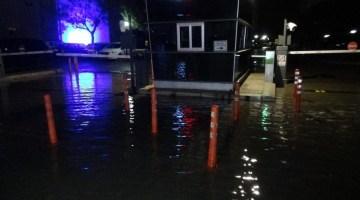 İzmirde Deniz Taştı, Araçlar Suyun Altında Kaldı