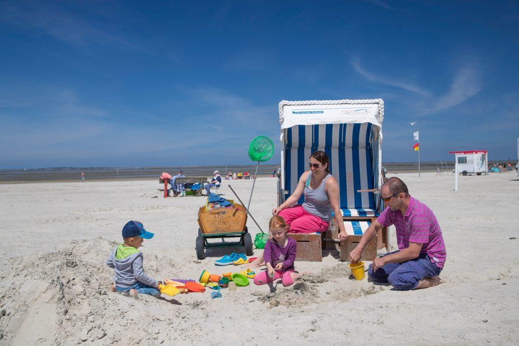 Der feinsandige, sanft abfallende Strand von Bensersiel lädt zum Relaxen und Buddeln ein - Esens-Bensersiel