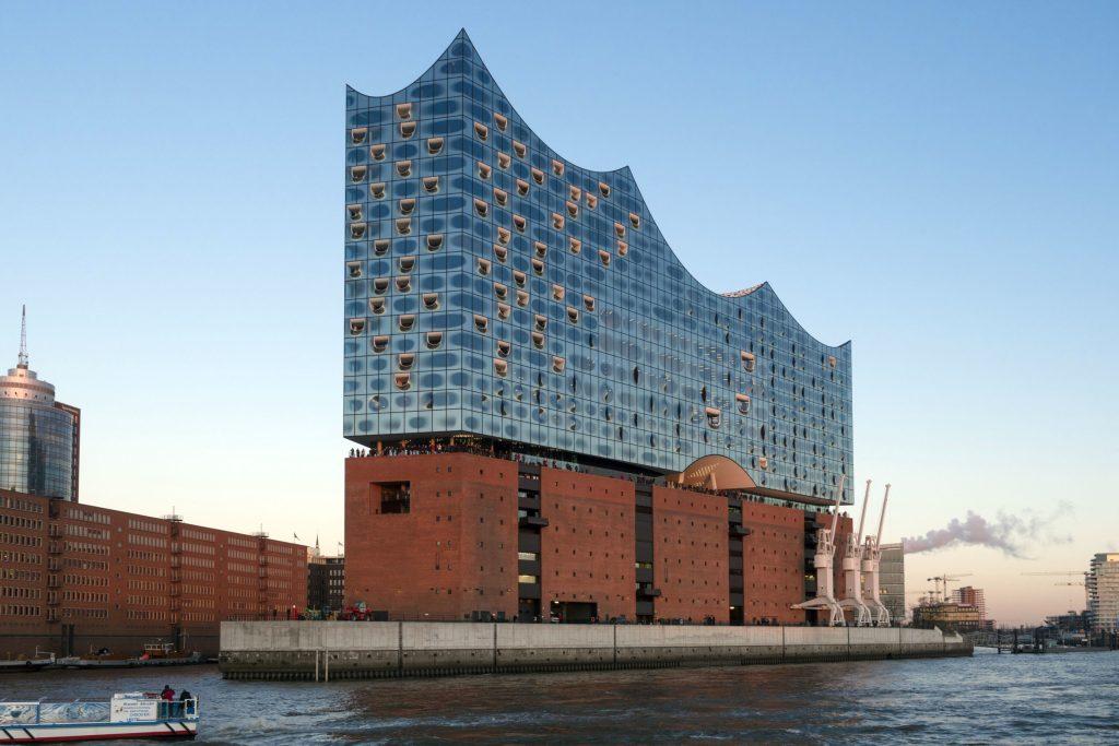 Die Elbphilharmonie ist nur eine von vielen Sehenswürdigkeiten in Hamburg.