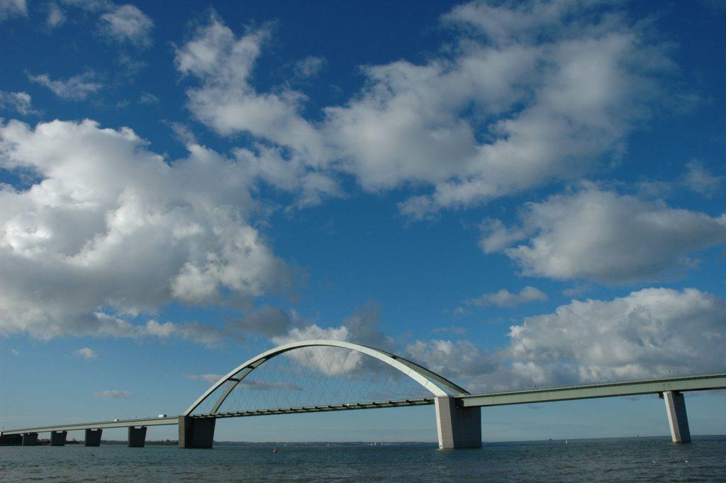 Die Fehmarnsundbrücke verbindet die Ostseeinsel Fehmarn mit dem Festland.