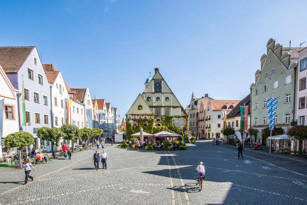 Farbenfroh Gruppieren Sich Die Renaissance Gebaude Entlang Des Marktplatzes Von Weiden
