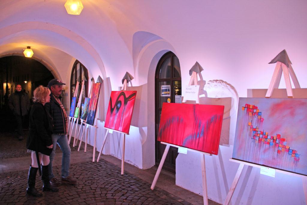 """Anlässlich der Veranstaltung """"Kunstgenuss bis Mitternacht"""" werden zahlreiche Gemälde und Malereien ausgestellt."""
