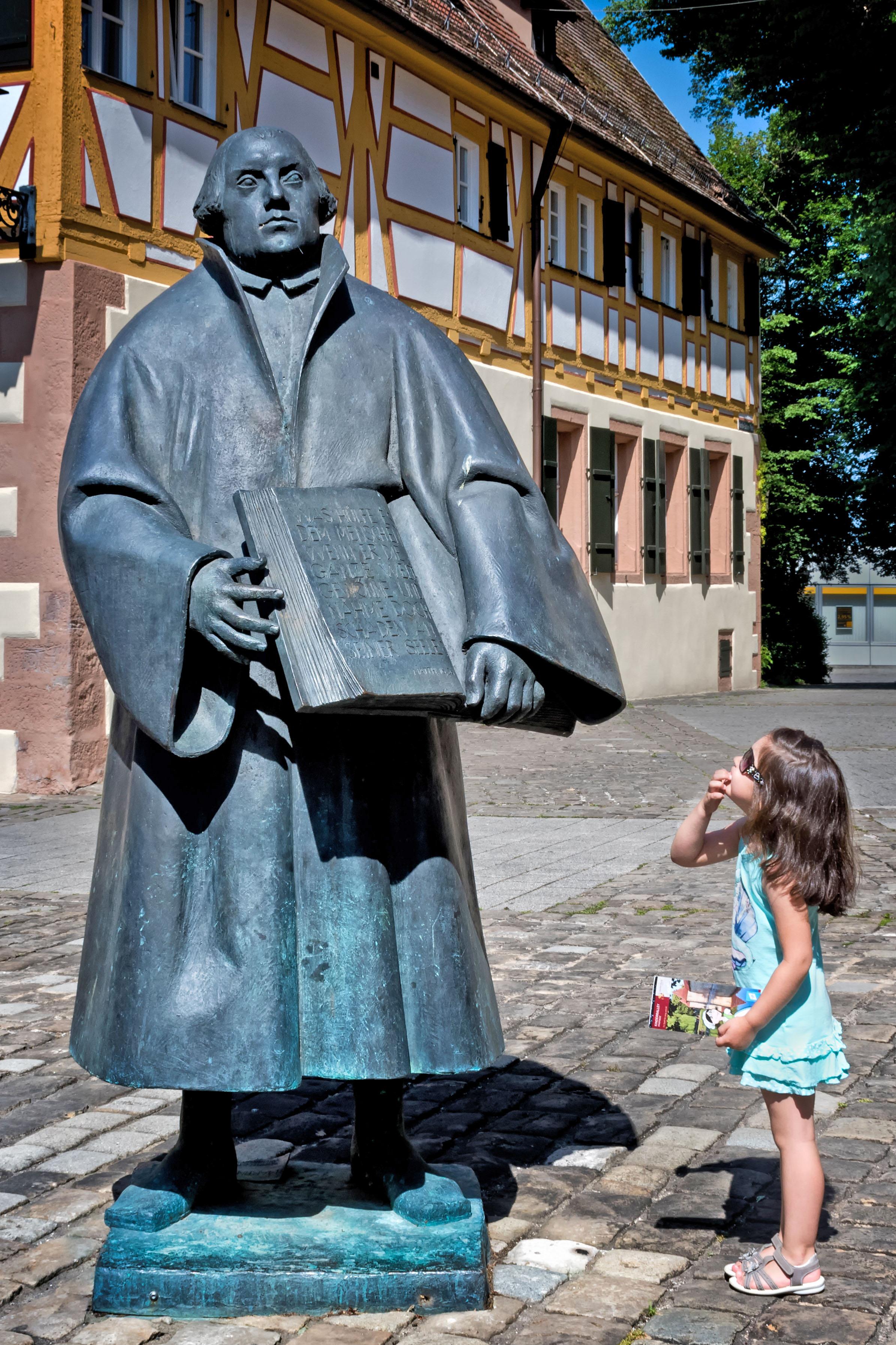Wen stellt die Statue vor der St. Andreaskirche dar? Das ist eine Frage, die es auf der Kinderrallye durch die Altstadt zu beantworten gilt.
