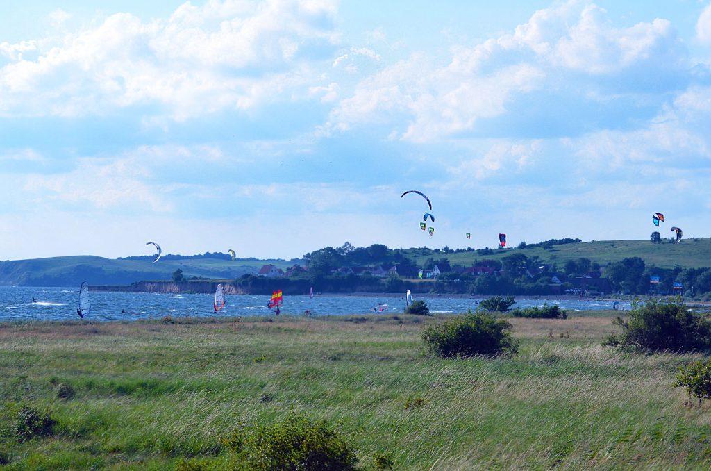 """An den flachen Boddengewässern bei Thiessow treffen sich Kitesurfer zu ihren akrobatischen """"Tänzen"""" - Rügen für Aktivurlauber"""