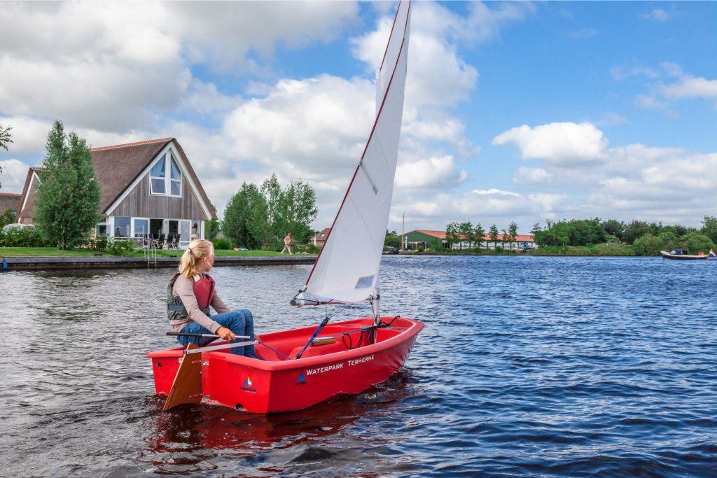 Der Landal Waterpark Terherne im Herzen der friesischen Seenlandschaft ist von Wasser umgeben. Nach einem Bootsausflug auf die Terhernster Poelen und weiter zum Sneekermeer legt man am Steg der Unterkunft an.