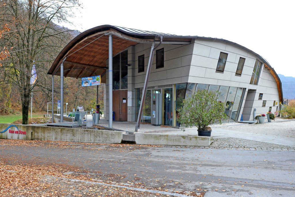 """Rund um die Themen Natur, Wasser und Energie informiert die als """"Donauwelle"""" gestaltete Umweltstation des Landkreises Passau, das Haus am Strom - Entdeckungen im Passauer Land"""
